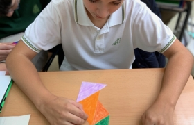 Alumno jugando con tangrams