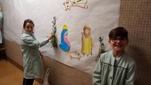 Alumnos de 5º decorando el colegio