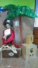 La entrada del colegio disfrazada de piratas