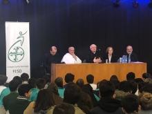 Alumno preguntando al arzobispo