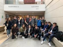 Alumnos na porta do teatro