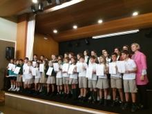 alumnos recogiendo el certificado
