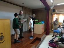 Alumnos recogiendo un premio