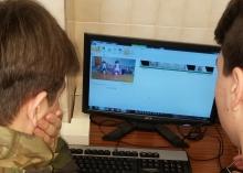 Dos niños trabajando con un ordenador