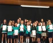 alumnos recibiendo el certificado Cambridge