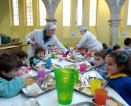 Nenos comendo o caldo de gloria