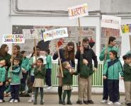 Alumnos con pancartas