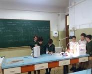 alumnos experimentando